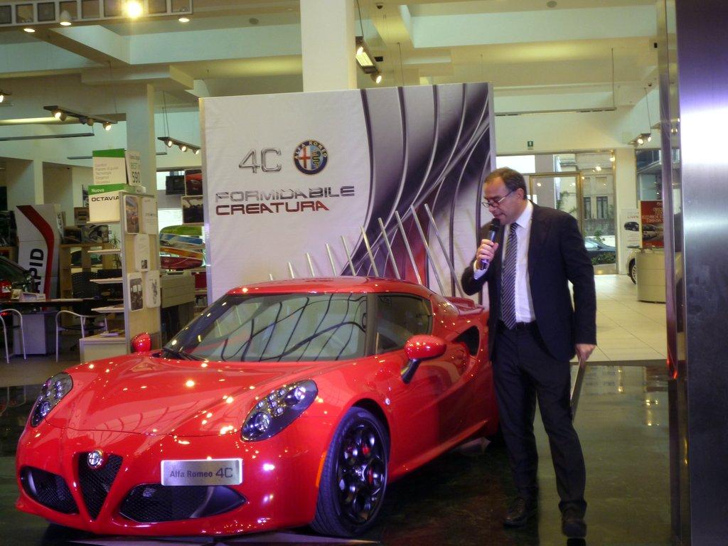 Maurizio Lipari illustra  le caratteristiche della vettura