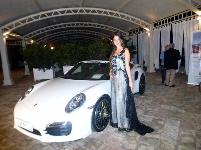 La  porsche  911 e una  modella  con un abito della  stilista Francesca Paternò
