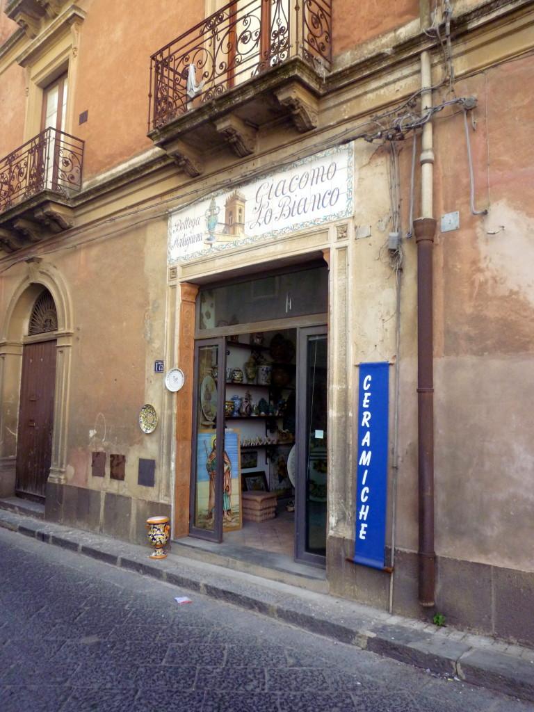 Un negozio di ceramiche  al quartiere  San Giorgio