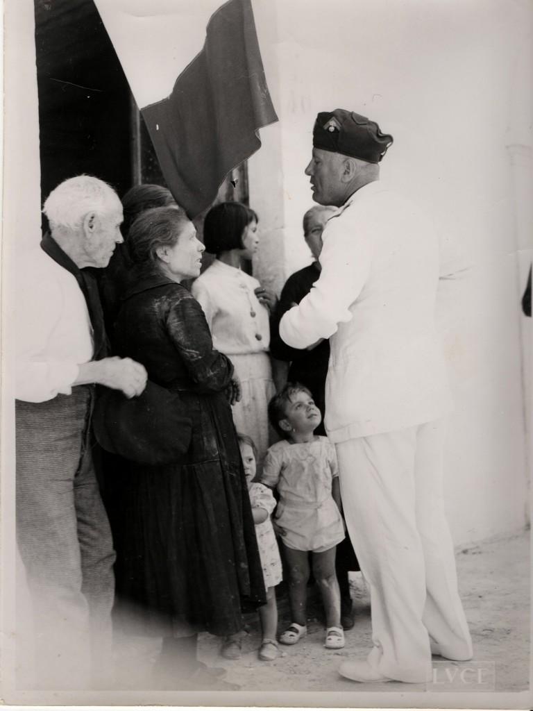 Una  foto di Mussolini in visita nel calatino
