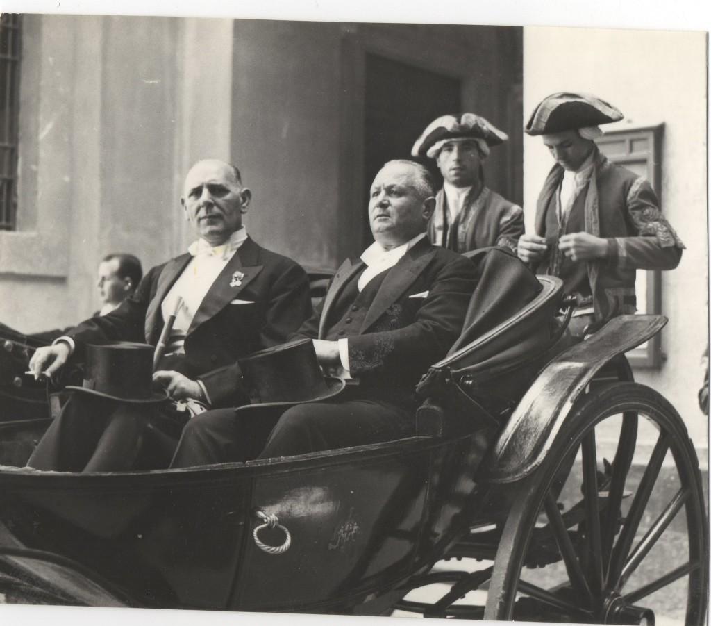 1958 Il Sindaco Comm. Giacomo Barone e il vice Sindaco Comm.Ignazio Cannizzo escono dal palazzo comunale