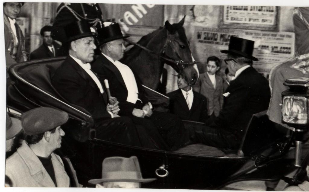 Il Sindaco Barone a sin e il vice Sindaco  Comm Cannizzo  sulla carrozza del senato(1958)