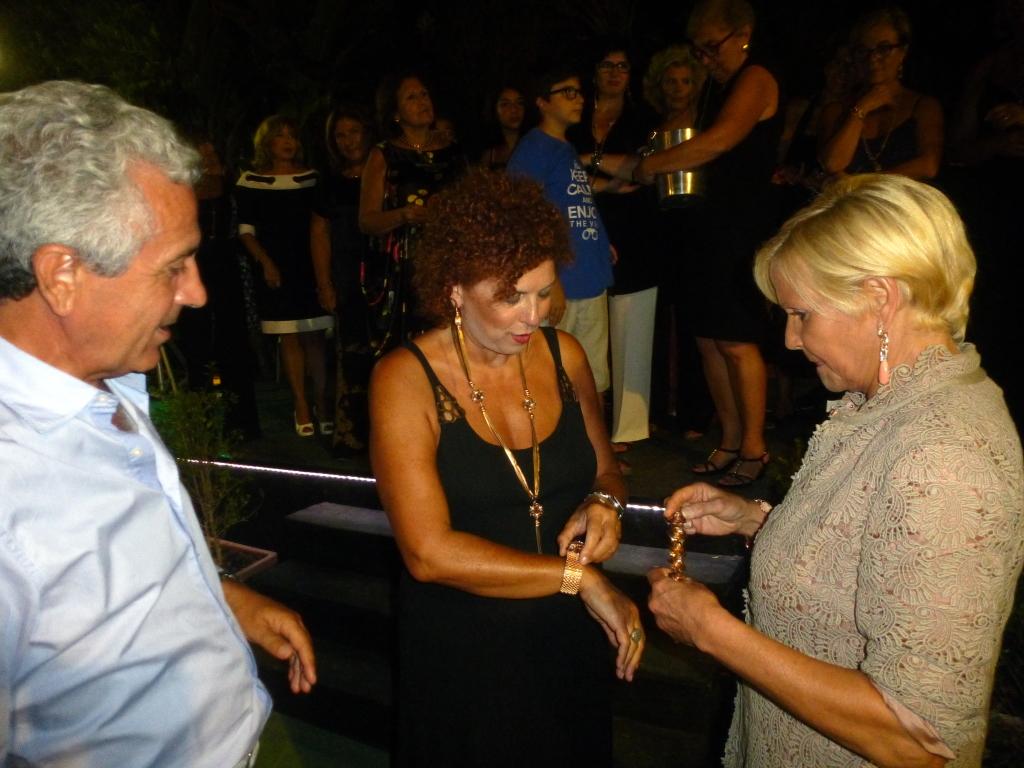 Francesco Galvagno assiste  soddisfatto alla consegna  degli orecchini sorteggiati alla moglie Ivana