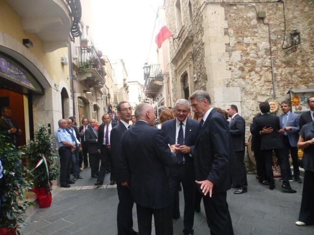 Marino Breganze e  Umberto Serretti accolgono gli ospiti  in corso Umberto presso la  nuova Filiale