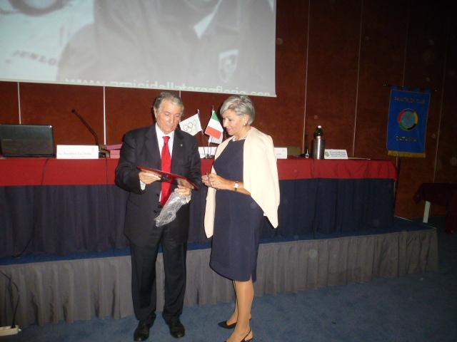 Il Presidente  Russo consegna  una targa  alla  signora  Latteri