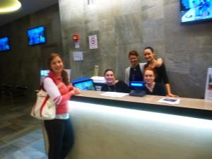 una  cliente, Eleonora Ferreri,con le ragazze della reception piscina