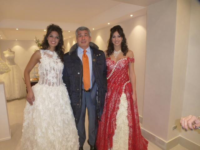 Beppe Tomarchio con due modelle