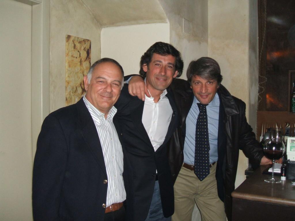 Alla sua festa di 40 anni al centro tra Vincenzo Barone e Elio Signorelli