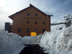 Rifugio Sapienza  al livello di guardia (  di neve  per fortuna .. e non di lava !!)