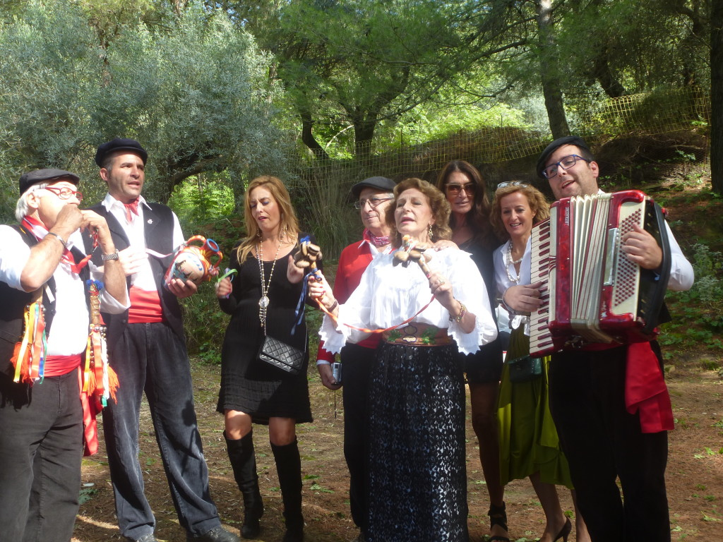 gruppo folk diretto dalla titolare della Festa ( la madre Anny)