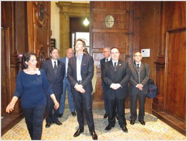 Rita Carbonaro e Emanuele Filiberto all'ingresso della Biblioteca