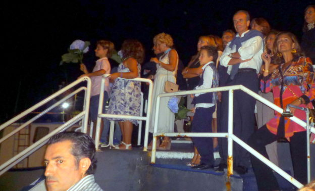 I SOCI DELLA IONICA ATTENDONO L'ARRIVO AALL'IMBARCADERO DEL CIRCOLO