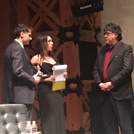 ANTONY BARBAGALLO CONSEGNA IL PREMIO A LUIS SEPULVEDA